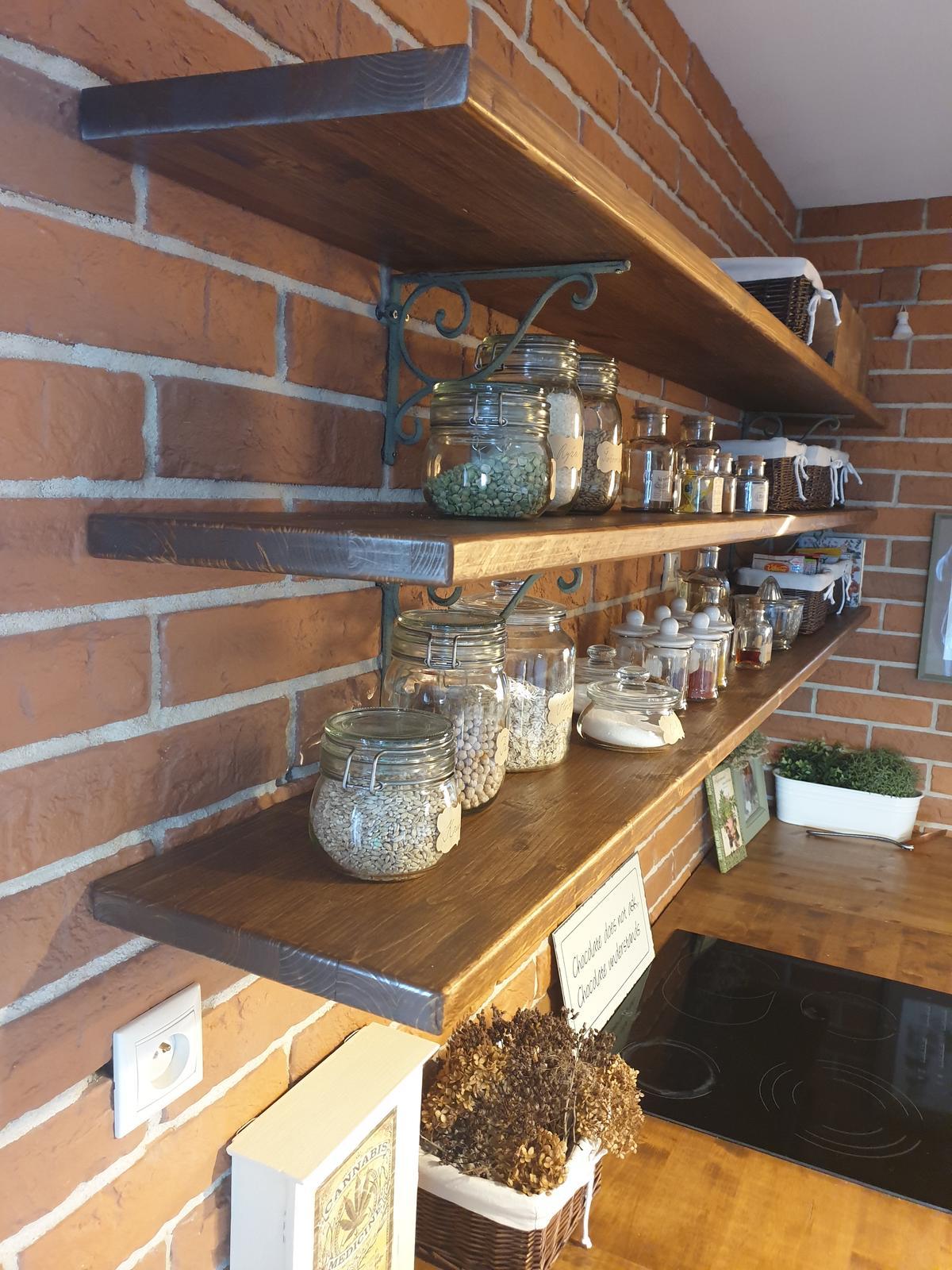 Kuchyňa svojpomocne - police na mieste