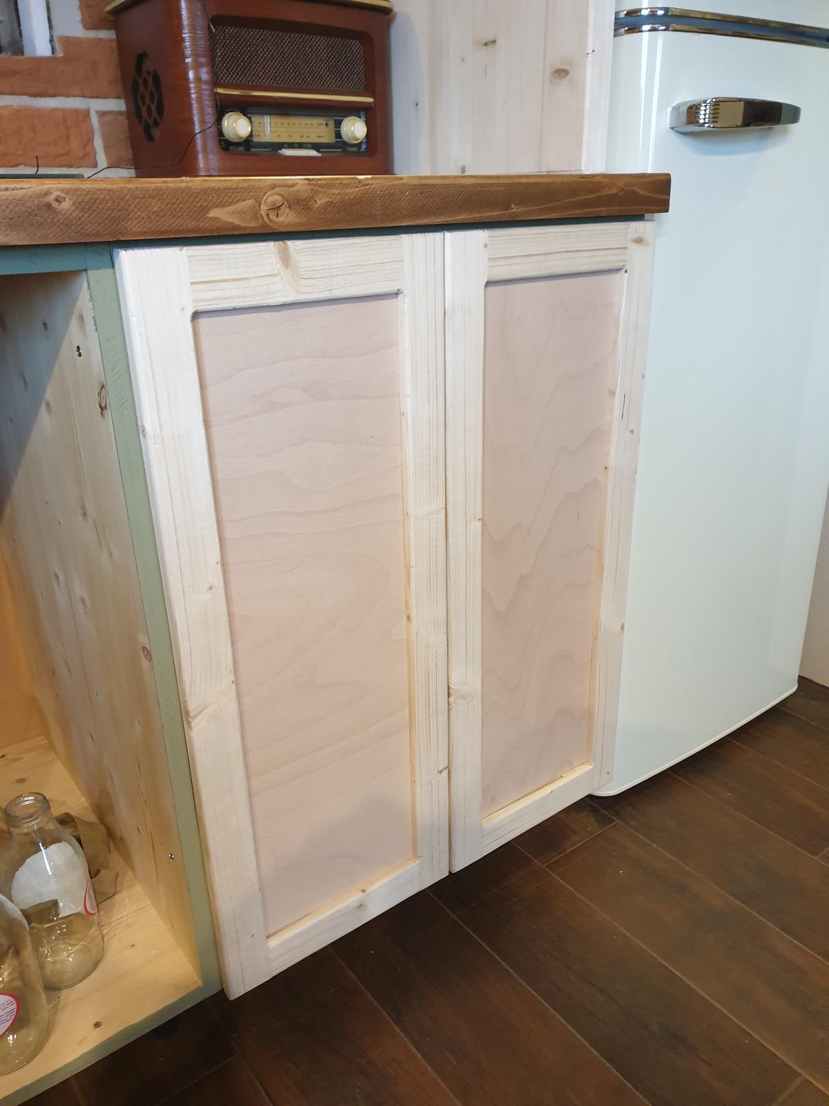 Kuchyňa svojpomocne - Dvere na prvú skrinku. Uvidíme, či dizajnovo budú ok. rám je smrek 5cm hrúbka 2cm a výplň preglejka 6mm jednoduchá konštrukcia a aj relatívne rýchla robota :)