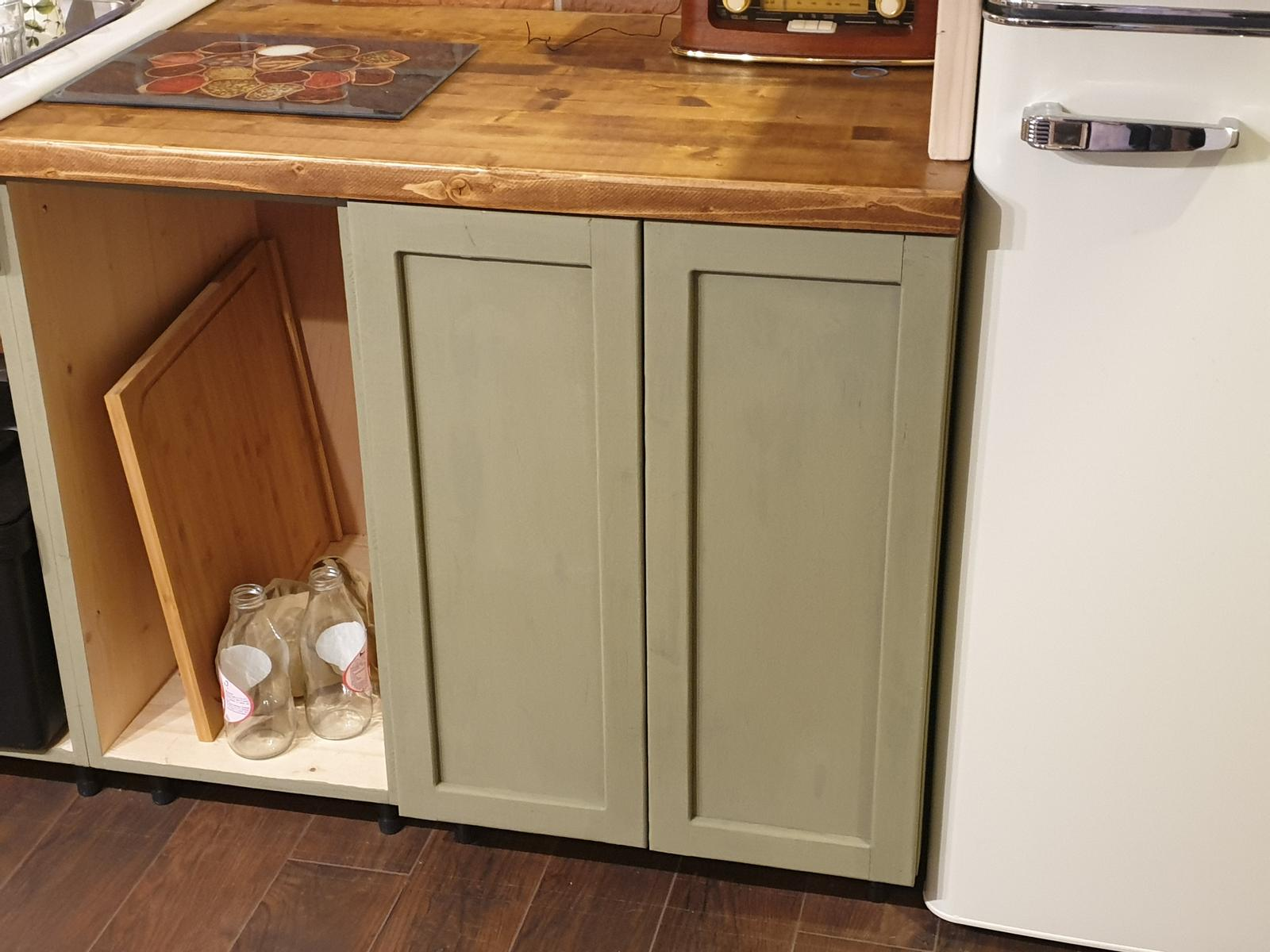 Kuchyňa svojpomocne - celkový pohľad. V skrinke na ľavu budú šuflíky