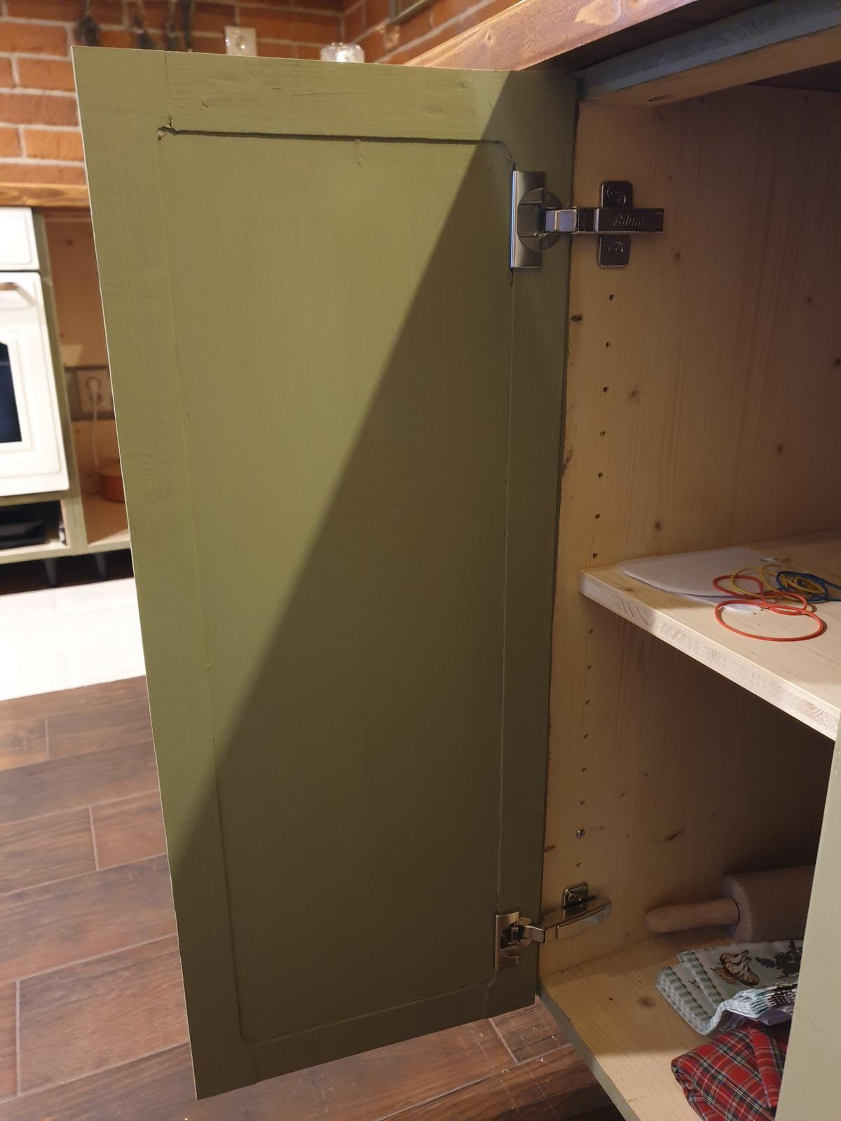 Kuchyňa svojpomocne - natreté farbou z oboch strán. ešte zavoskovať. A ešte úchytky..už sú objednané :)