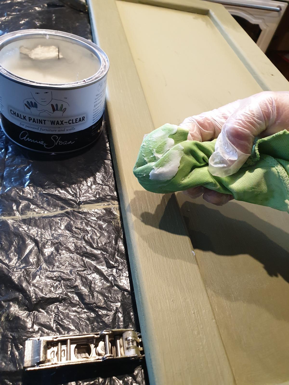 Kuchyňa svojpomocne - a finálna úprava...voskovanie. Dvierka voskujeme len z vonkajšej strany. vnútro dvierok nie. A popri tom sme zavoskovali aj ostrovček v kuchyni, ktorý je rovnakej farby