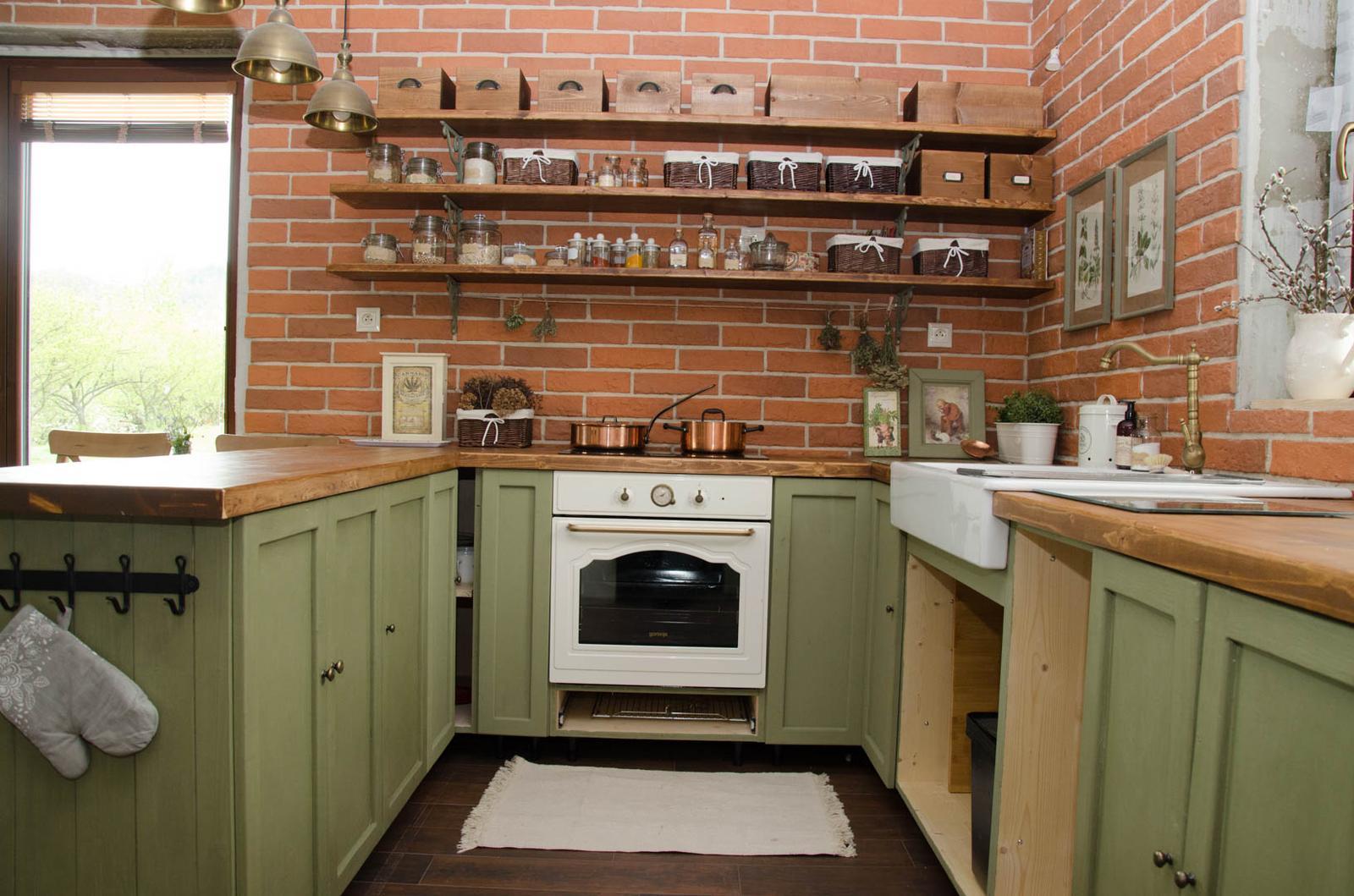 Kuchyňa svojpomocne - A ešte nejaké foto zo zrkadlovky :) Tu vidno krásne rozdiel odtieňu zavoskovaných a nezavoskovaných dvierok (tie pri rúre)