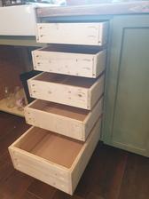 Teraz nás napadlo, že tie šuflíky natrieme osmo voskom ako aj pracovnú dosku