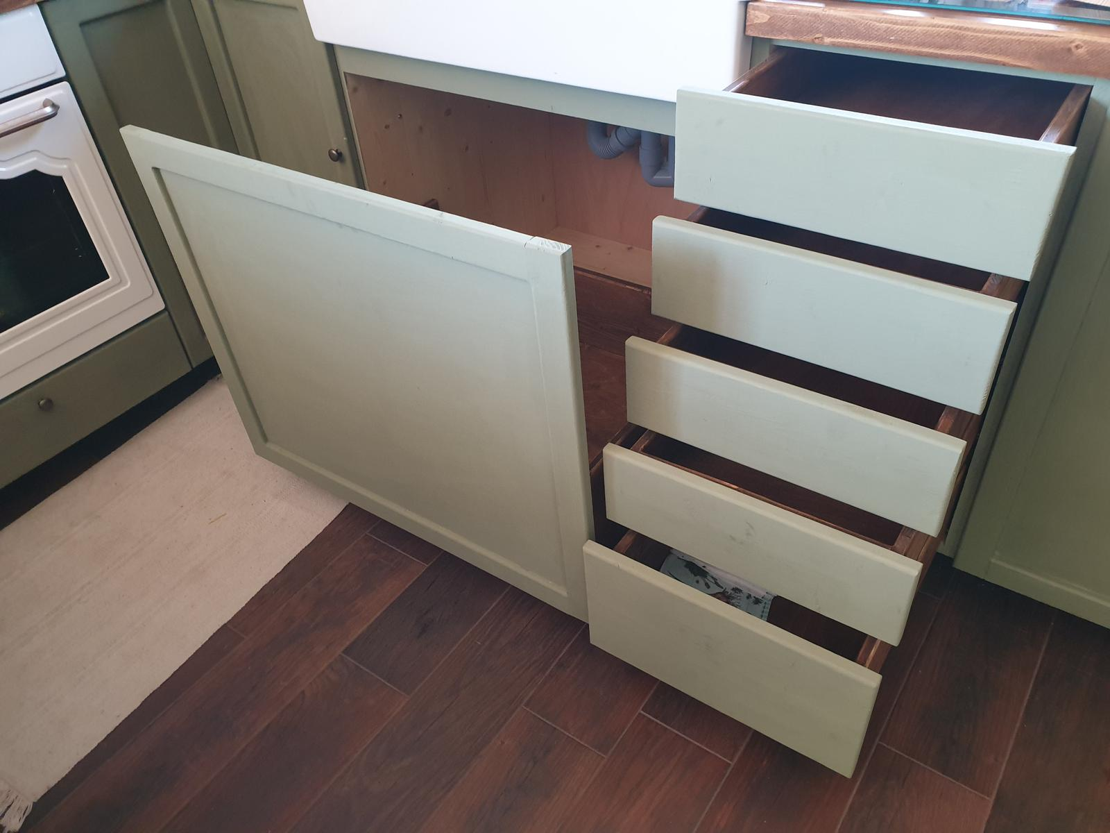 Kuchyňa svojpomocne - Ešte zavoskovať a úchytky. a daco spravit s tymi velkymi dverami pod umyvadlom... nie je to celkom ono :(