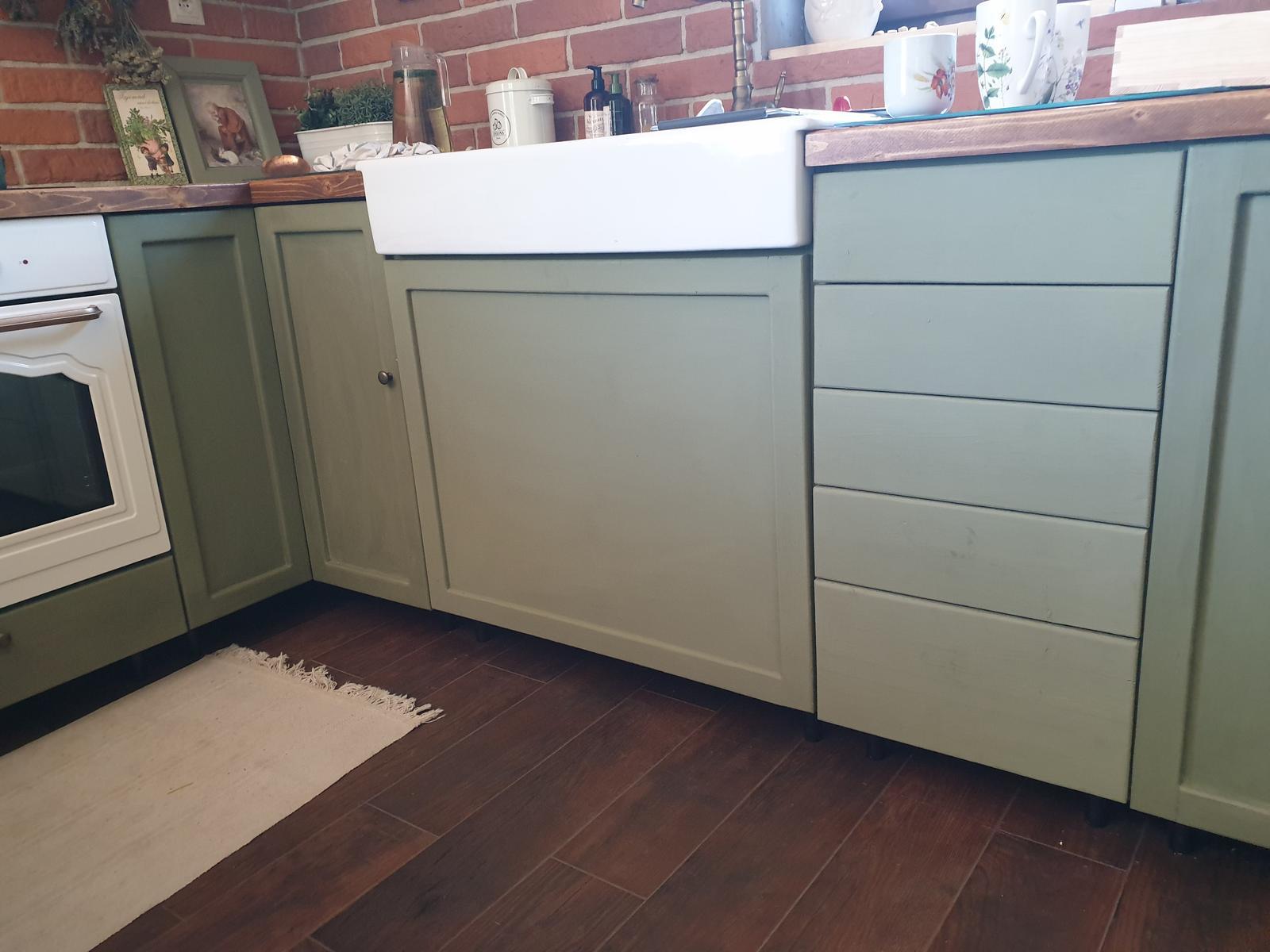 Kuchyňa svojpomocne - Ešte zavoskovať a úchytky... a daco spravit s tymi velkymi dverami pod umyvadlom... nie je to celkom ono :(