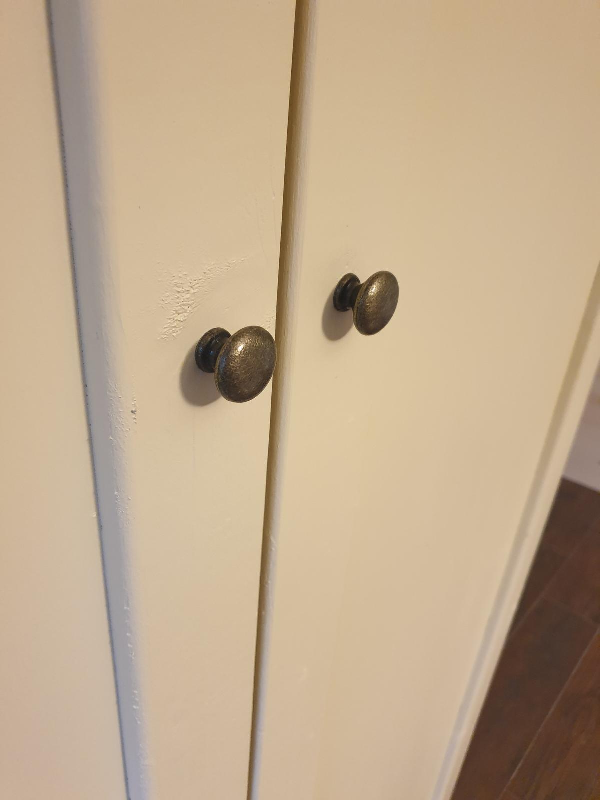 Skrine... - Úchytky na skrinovych dverách v spálni