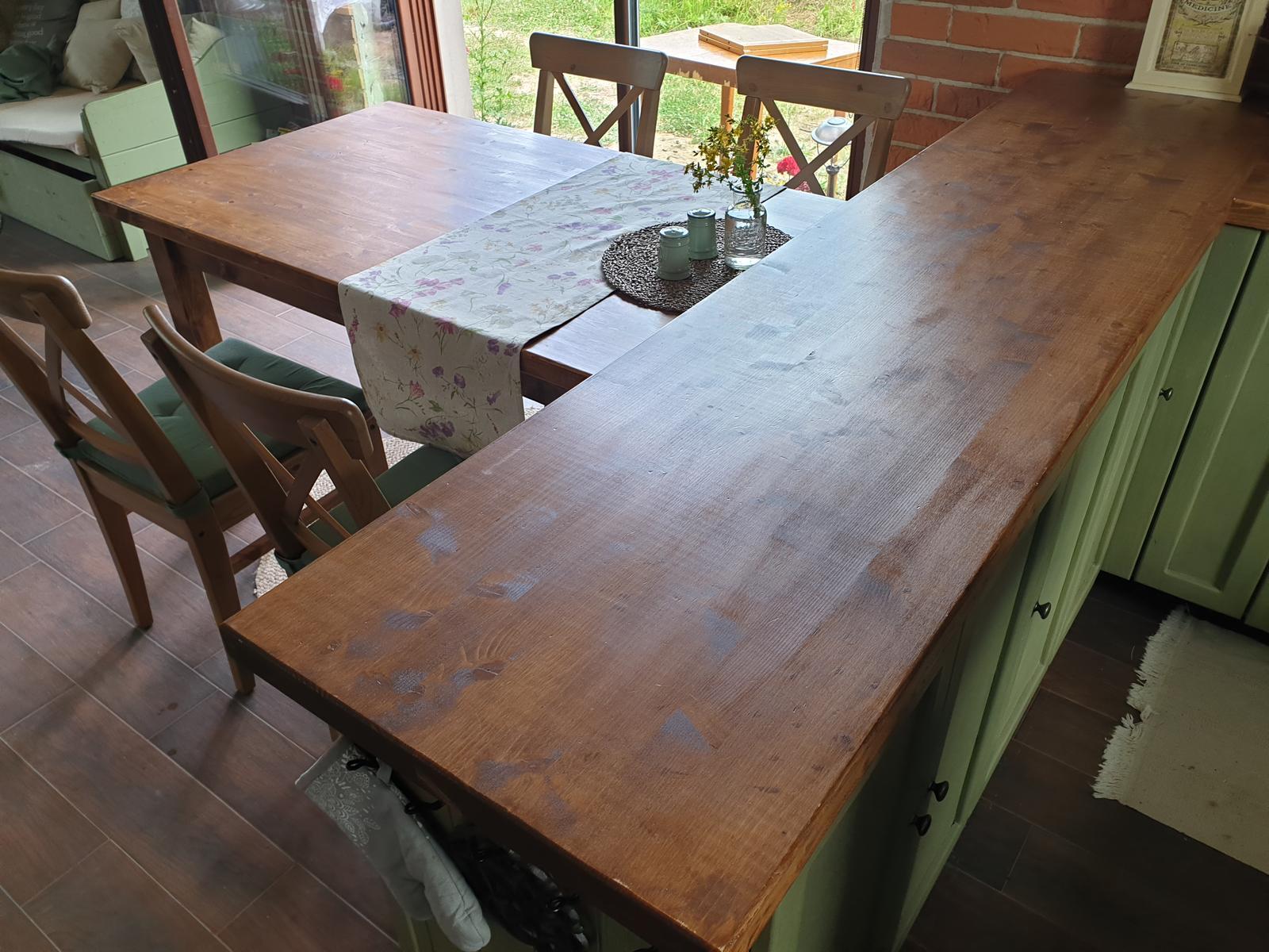 Kuchyňa svojpomocne - hotovy aj stol. stolova doska je rovnaka ako na linke a povrchova uprava stola tiez