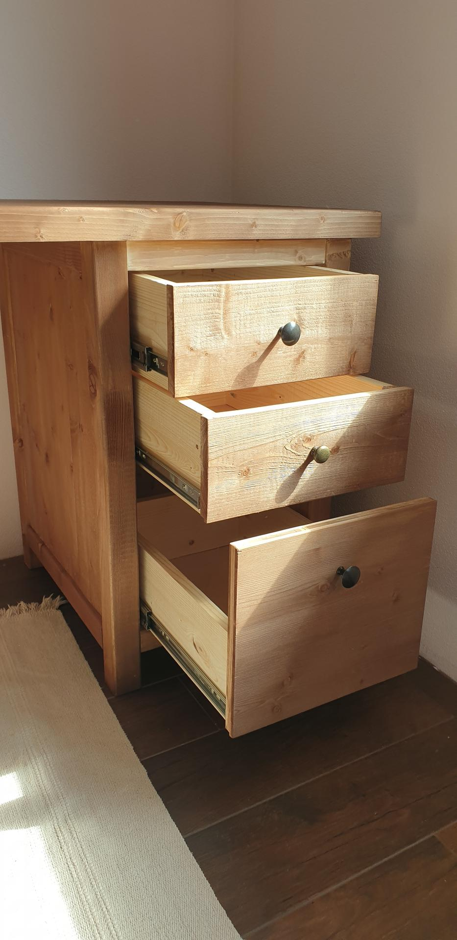 Drevo a veci okolo - Písací stolík do detskej izby. Materiál smrek. Doska skarovka 40mm.povrch na skúšku morený, ale pôjde na neho farba nakoniec. Dvierka ešte nie sú na zavesoch.