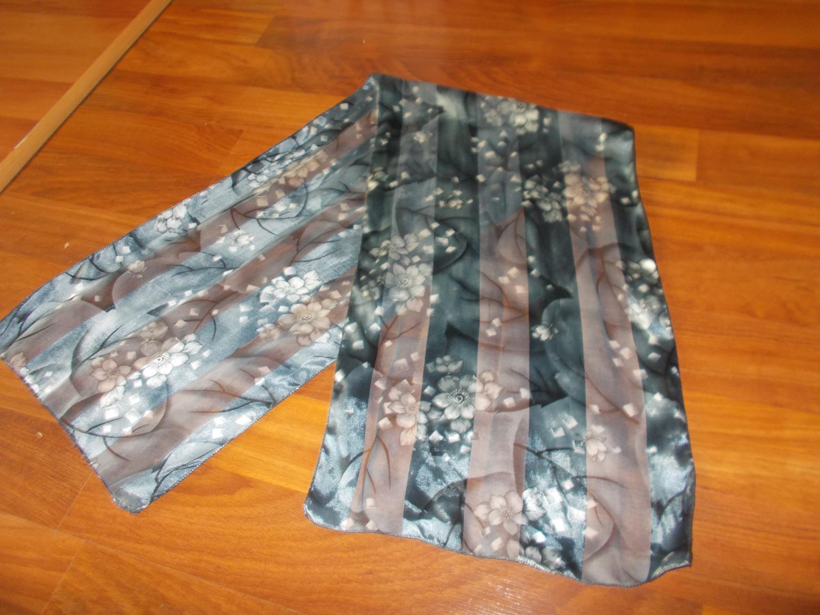 šedý šátek s květy - Obrázek č. 1