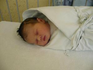 Nela narozená 21.6.2009 ve 12.22 hod. - pár hodin po porodu