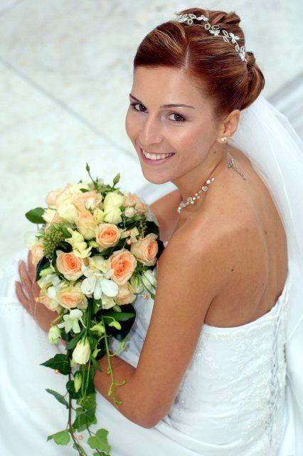 Fotky svatebních účesů a kytek pro inspiraci budoucím nevěstám - převislá a účes