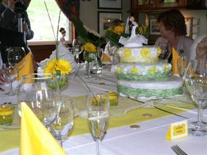 hlavní svatební dort,dortů bylo celkem 5