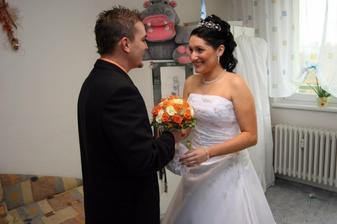 ženich mi donesl svatební kytičku...měla jsem slzičky na krajíčku :-)