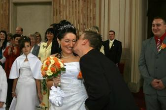 uhýbala jsem mu...dával mi pusu, když jsem to nečekala....všichni se smáli :-)   ..