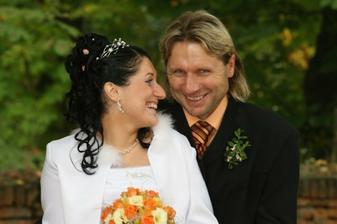 s tatínkem...bral to sportovně, že vdává dceru :-)