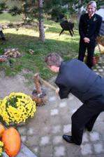 manžel seká dřevo do rodinného krbu :-)