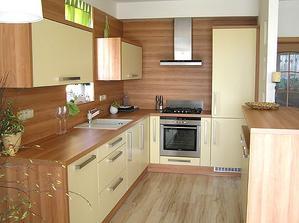 Farebnosťou sa mi páči táto kuchynka.. chcela by som niečo podobné ale zástenu chcem béžove obkladačky nie drevo ...