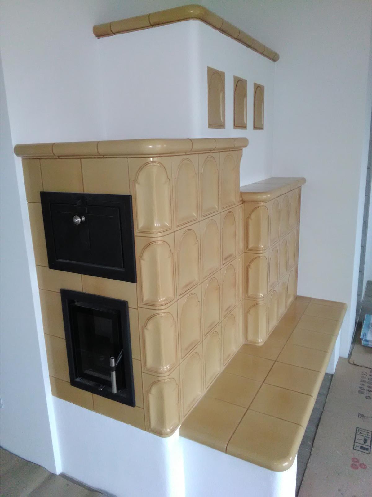 Kachľová pec - Ťažká akumulačná kachľová pec, keramika HEIN, prikladacie dvierka JOKR - dvojsklo, rúra na pečenie.