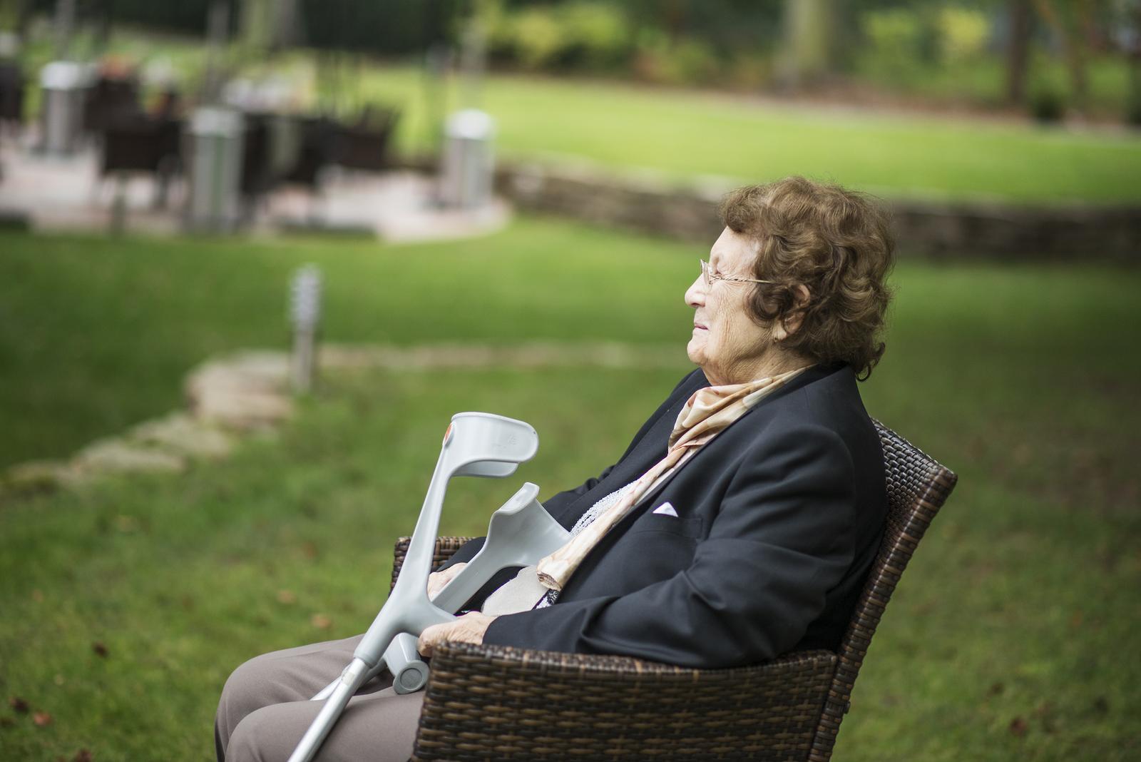 Deniska{{_AND_}}Honzík :) - Pyšná prababička....:-)  91 roků, ale svatbu si nemohla nechat ujít! :-)