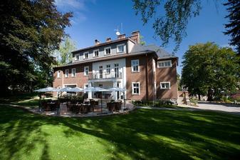 Místo, kde probíhal obřad, oběd i afterparty....:) Hotel Manor House :)