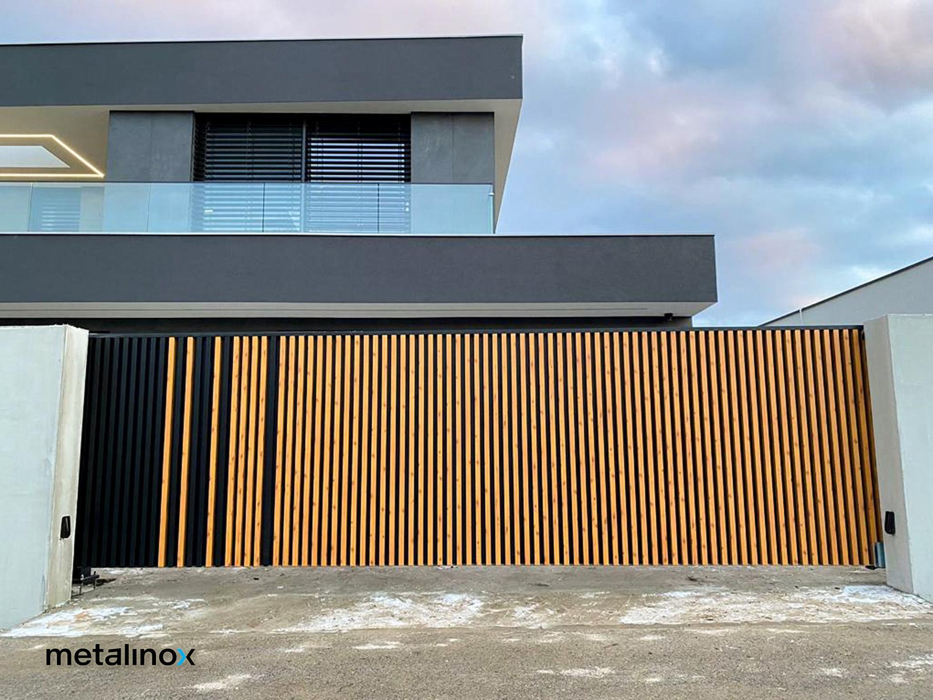 Hliníkové oplotenie LINA je jeden z našich najnovších produktov, ale jeden z mnohých, ktoré vyrábame na Slovensku. Súčasťou tejto realizácie bola rovnako montáž preskleného zábradlia. Páči sa vám? :) - Obrázok č. 2
