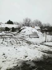ccaa 30. November 2017, kde bude domček stáť vyznančený...a potom nasnežilo...Ale máme sánkovací kopec :-)