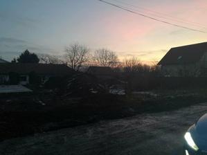 """7. December 2017, hneď je krajší pohľad pri krajšom počasí :) Ku sánkovaciemu kopcu pribudlo """"klzisko"""" :)"""