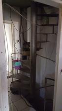 staré schodisko ktoré vedie do podkrovia kde už bol obytný priestor majiteľov a chceli si ho rozšíriť