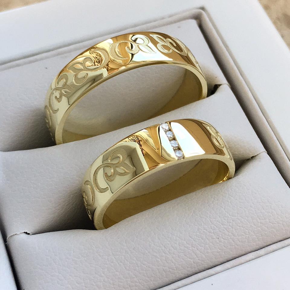 Exkluzívne obrúčky z našej dielne - Zlaté gravírované obrúčky s decentným osadením troch kamienkov v dámskom prsteni.