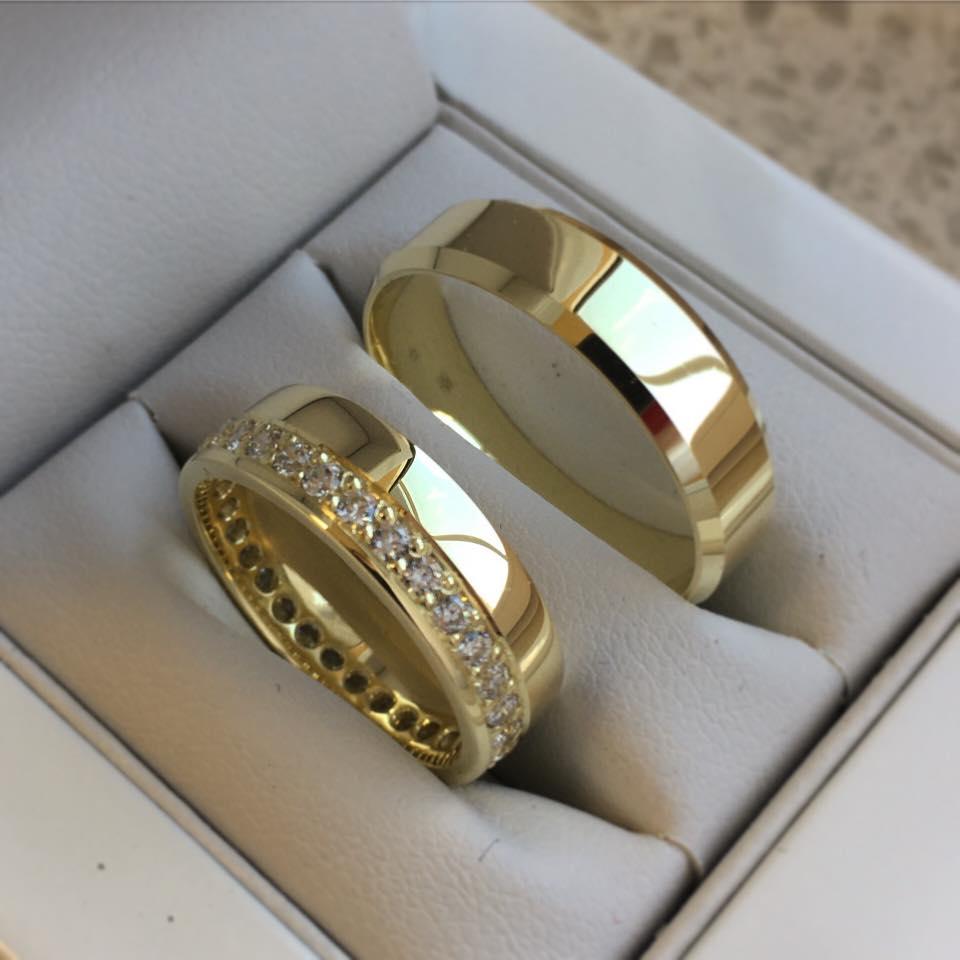 Exkluzívne obrúčky z našej dielne - Zlaté svadobné obrúčky . Na dámskej sú kamienky dookola a sú jednoducho TOP 😍