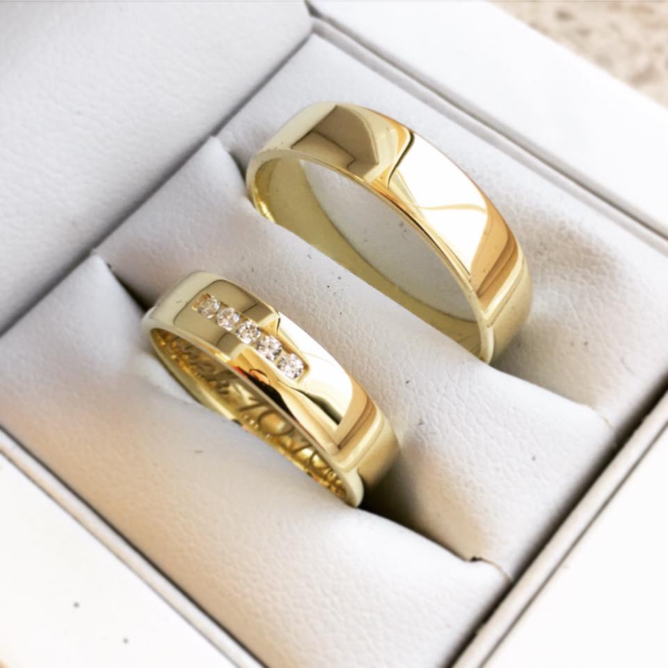 Exkluzívne obrúčky z našej dielne - Jednoduché a krásne svadobné obrúčky zo žltého 14k zlata. Dámsky zdobia jemné kamienky a pánsky elegantný lesklý bez vzoru.