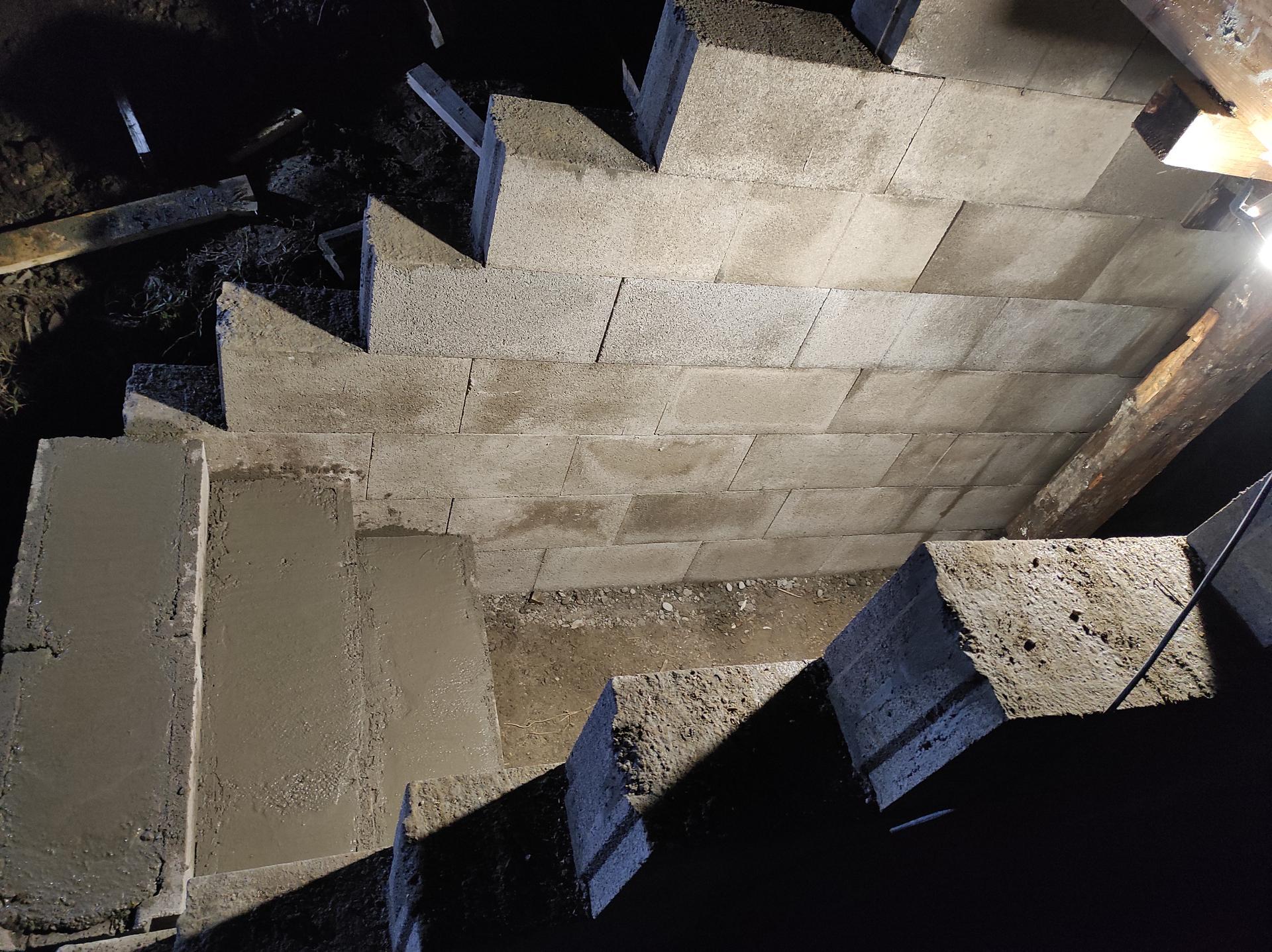 Pivnicka v záhrade - schody su tiez DTcka a beton...