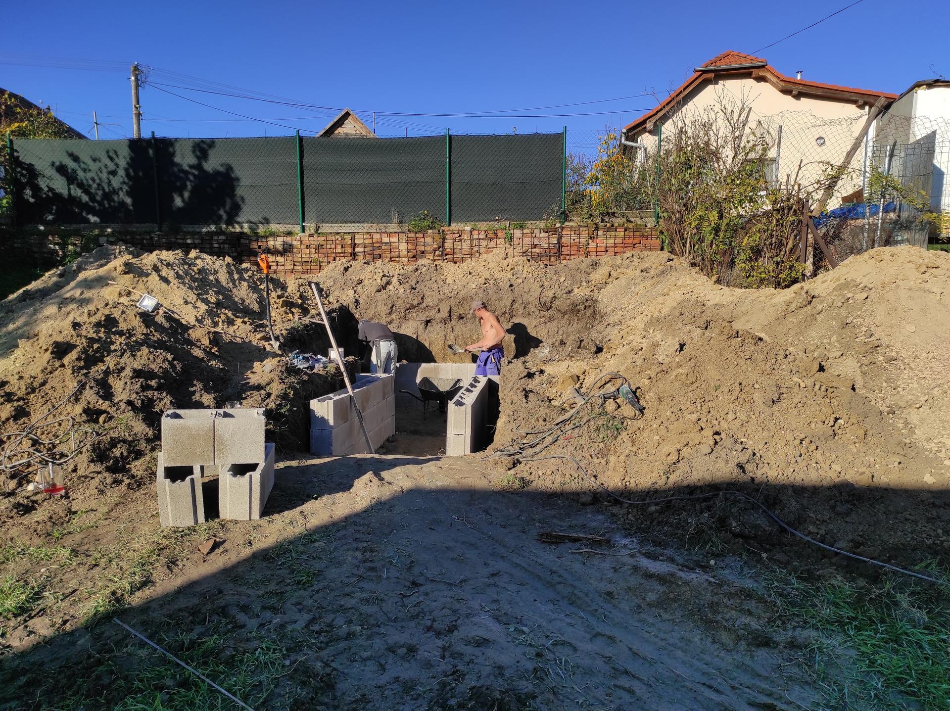 Pivnicka v záhrade - treba si dobre premysliet vysku, ako hlboko zasadit do zeme, kolko nad zem,kolko chceme schodov, ako vysoko je spodna voda ci chceme mat na malom pozemku hrb a podobne...