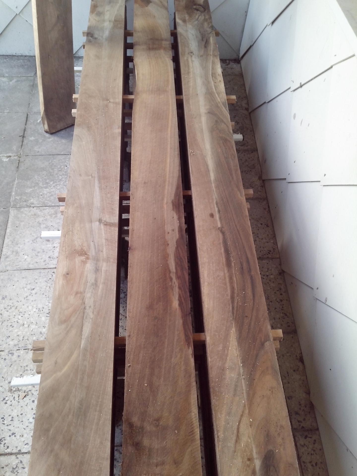 Orechový stôl - takto sa susili cca 3-4 roky zvonku pod strechov