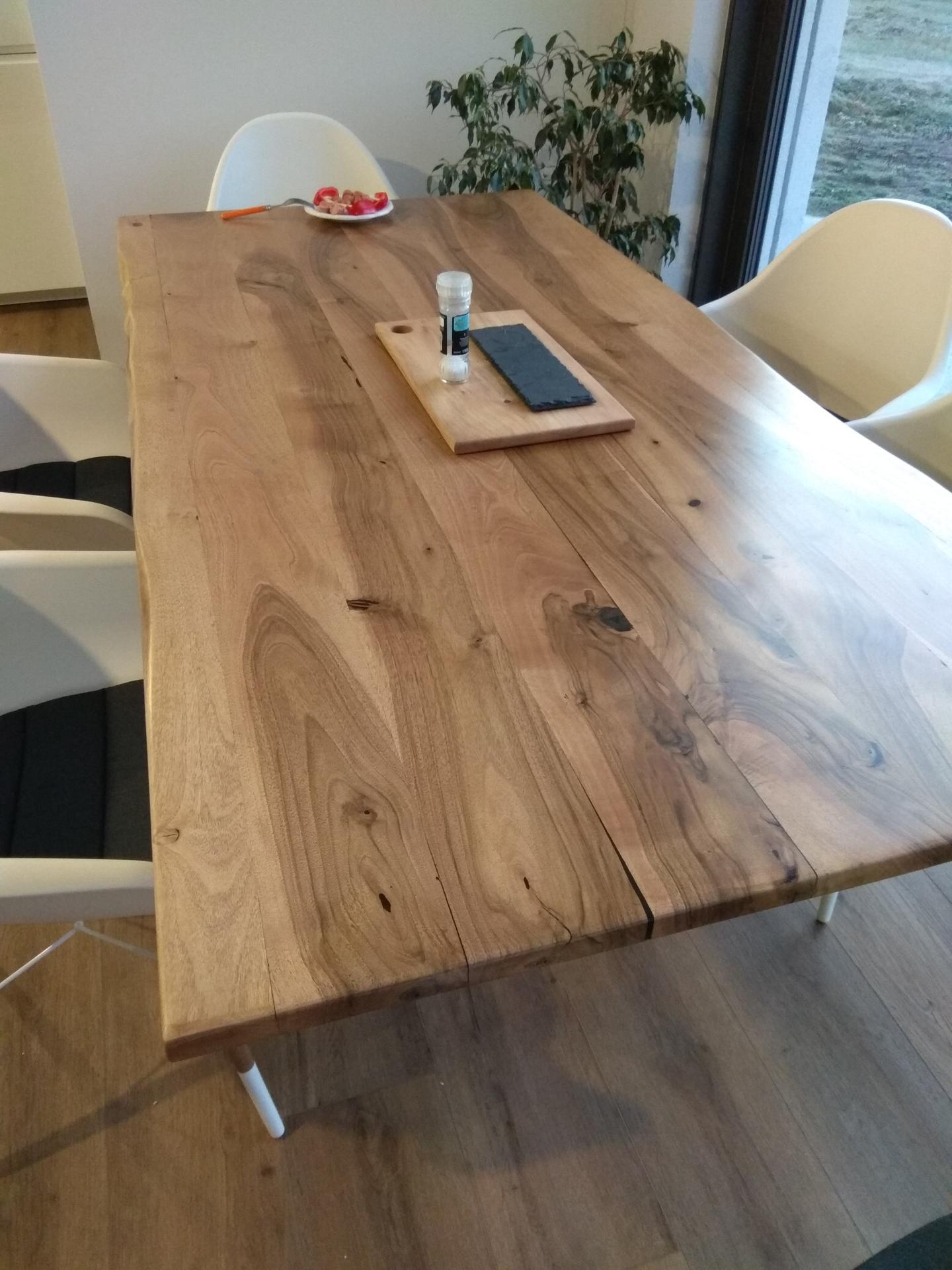 Orechový stôl - osmo myslim 2-3krat nater, neskor som pridal este tonovany osmo nater preto zmena farby