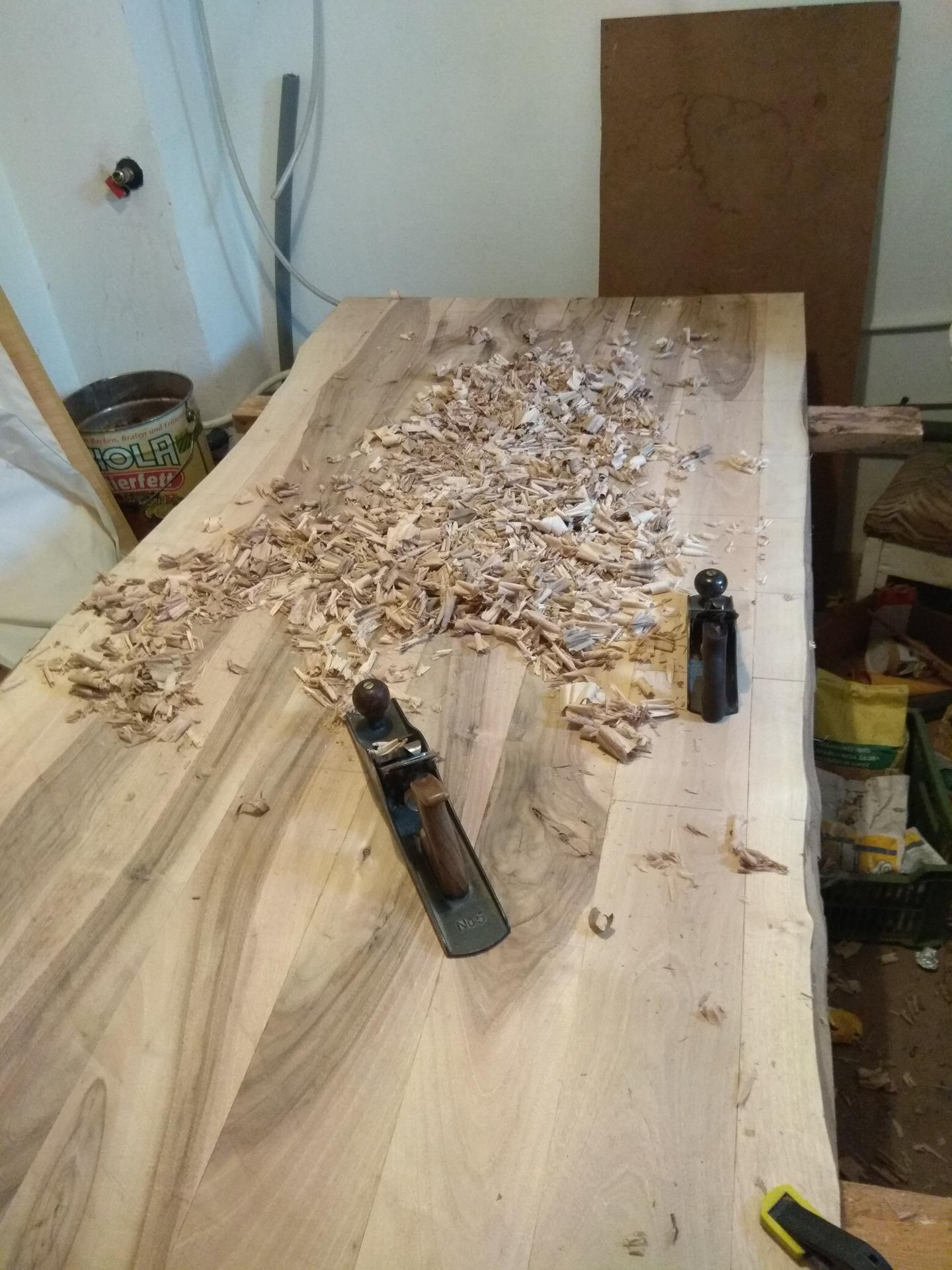 Orechový stôl - vela hoblovania rucne...