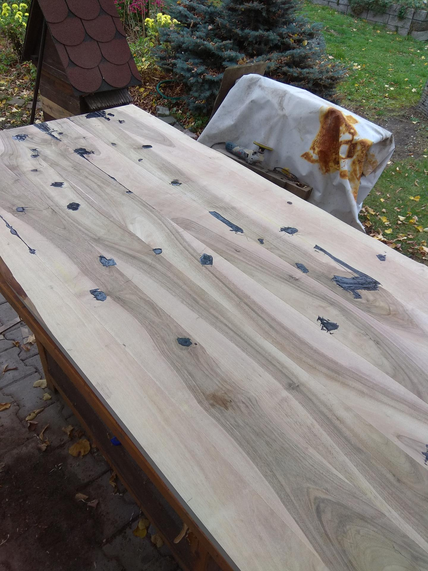 Orechový stôl - obycajny epoxid, slovensky + cierna tonovacia farba