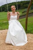 Saténové svatební šaty s krajkovým živůtkem, 36