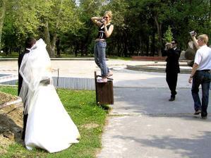 Traja fotografi (jeden je zodpovedný za snímok) a jeden kameraman sa starali o dobrú náladu a pekné spomienky. (Toto miesto, pri priekope si vybrali samotní mladomanželia. :)
