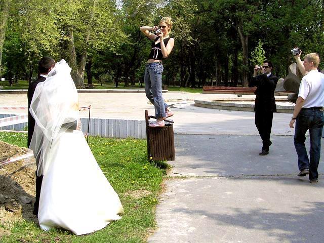 Evka{{_AND_}}Joe - Traja fotografi (jeden je zodpovedný za snímok) a jeden kameraman sa starali o dobrú náladu a pekné spomienky. (Toto miesto, pri priekope si vybrali samotní mladomanželia. :)