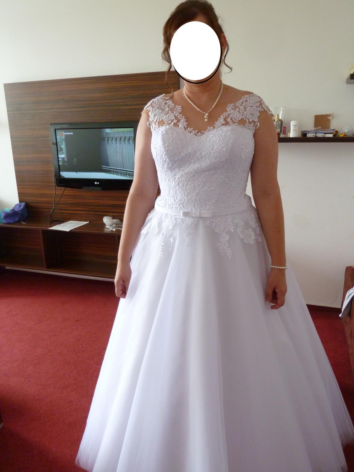 Bílé svatební šaty s krajkou  - Obrázok č. 1
