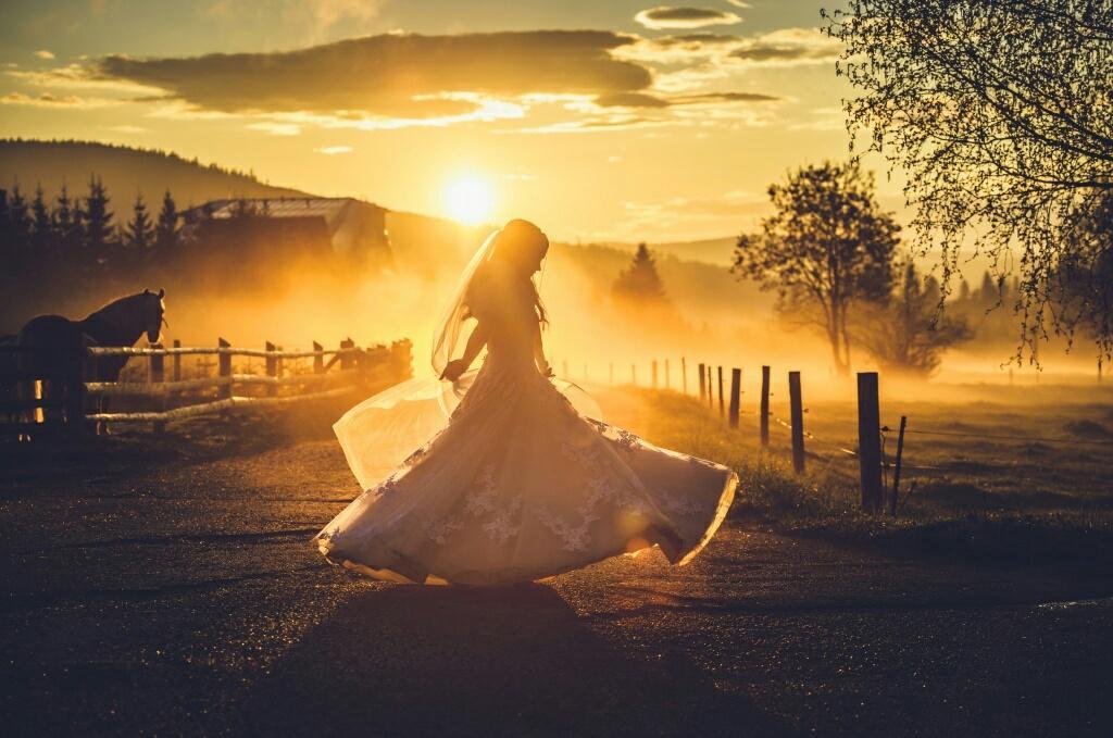 Svadobné šaty s vlečkou pre nízku postavu Eddy K - Obrázok č. 1