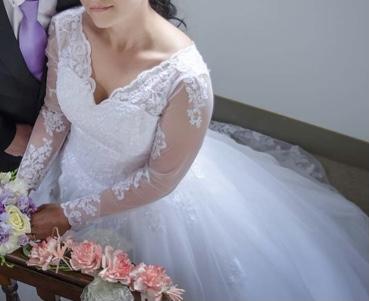 Krásné krajkové svatební šaty s rukávem a vlečkou - Obrázek č. 1