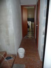 pohled na koupelnu a dveře vpravo záchod