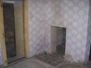 vchod z ložnice do bývalé kuchyně, plus díra ve zdi