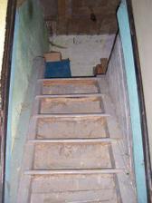 schody z chodby nad kůlnu