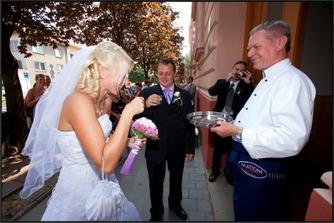 nevěsta měla vodu, ženich vodku