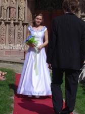 Nevěstiny budoucí šaty - bílé s modro-fialovými aplikacemi