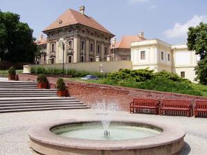 """kašna na náměstí ve Slavkově.V pozadí """"náš""""zámek"""