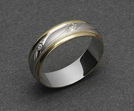 tak takové máme ale s menší úpravou..místo zirkonů je jen jeden kamínek - briliantík.Přítel má prsten bez kamínků.Doma bychom je měli mít 7.5.